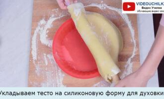 Укладываем тесто на силиконовую форму для духовки