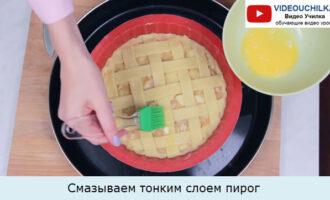 Смазываем тонким слоем пирог
