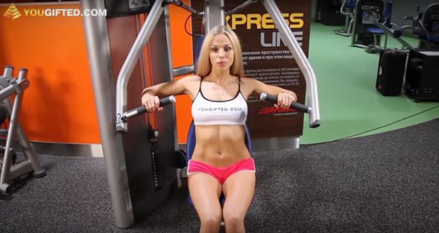 Фитнес тренировка груди, отжимание от пола