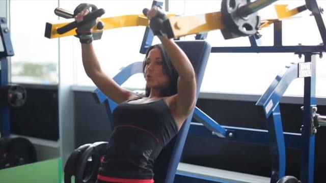 Тренировка на мышцы груди и пресса. Первое упражнение называется жим на верх грудных мышц.
