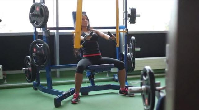 Тренировка на мышцы груди и пресса.  Второе упражнение называется жим на низ грудных мышц.
