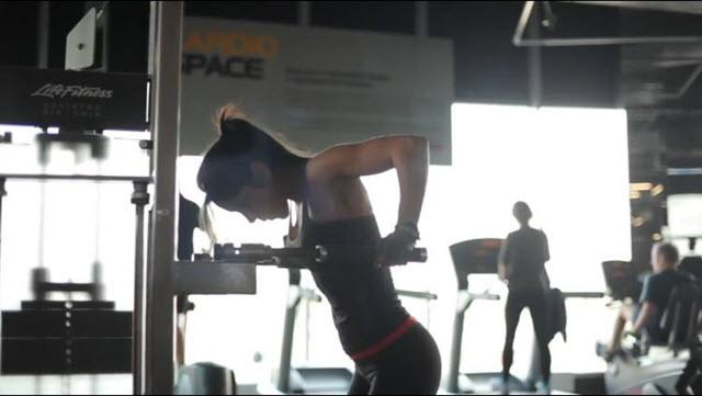 Тренировка на мышцы груди и пресса. Четвертое упражнение называется отжимания на брусьях.