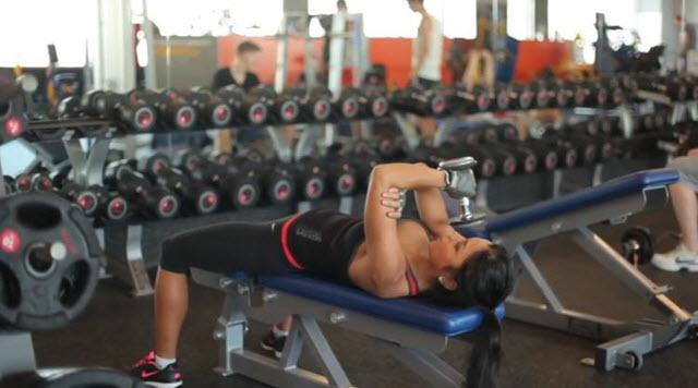 Тренировка на мышцы груди и пресса. Пятое упражнение называется выпрямление рук лежа на опоре.