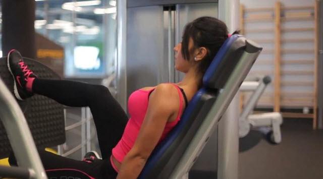 Тренировка нижняя часть тела. Третье упражнение - это поочередное выпрямление ног в тренажерном зале.