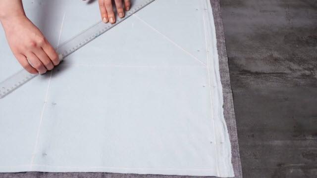 Измеряем ноутбук и вырезаем ткань