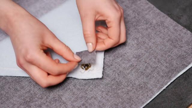 Приклеим кусочки ткани