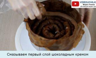 Смазываем первый слой шоколадным кремом