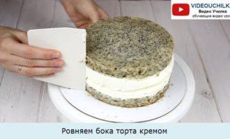 Ровняем бока торта кремом