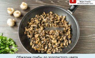 Обжарим грибы до золотистого цвета