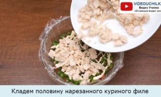 Кладем половину нарезанного куриного филе