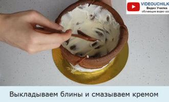 Выкладываем блины и смазываем кремом