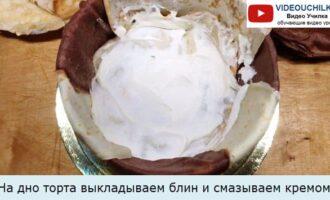 На дно торта выкладываем блин и смазываем кремом