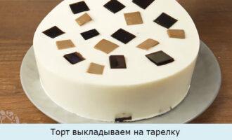 Торт выкладываем на тарелку